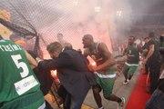 Ambiance surréaliste entre l'Olympiakos et le Pana : des fumigènes lancés dans la salle