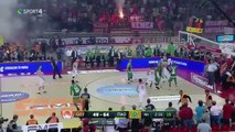 Incroyable ! Des supporters lancent des fumigènes lors de la finale du championnat grec de basket