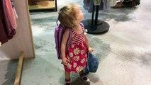 Cette petite danse dans le magasin pendant le shopping de ses parents LOL