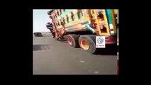 ٹرک ڈرائیور نے ایک آدمی کو کچل کر بھاگ رہا تھا سلام ہے اس پولیس ورڈن پر جس نے اپنی جان پر کھیل کر اس درندے نما ٹرک ڈرائی