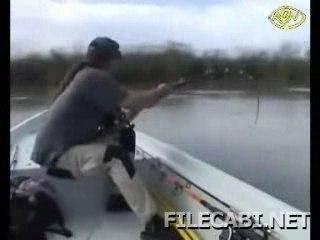 Un gars pêche un mega gros poisson