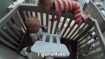 Un enfant aide son petit frère à sortir de son lit de bébé !