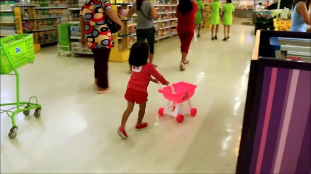 Baby Doing Grocery Shopping at Supermarket with Toy Shopping Cart - Donna The E