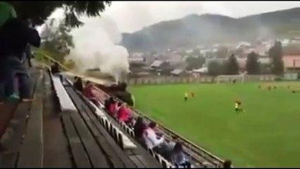 Un treno attraversa lo stadio durante la partita di calcio. Nessuno sembra preoccuparsene!