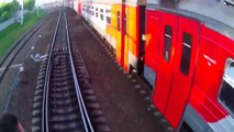 Ces tarés sautent de train en train alors qu'ils avancent - Train Surfing