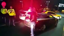 Un idiot met un coup de genou dans les parties d'un policier et se fait mettre KO immédiatement