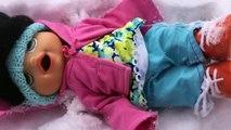 Un et un à un un à vivant et anges bébé construit dans en jouant neige bonhomme de neige le le le le la