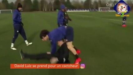 David Luiz se prend pour une star du catch