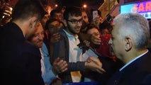 Başbakan Yıldırım, Ümraniye'de Teravih Namazının Ardından Vatandaşlarla Çay Içip, Sohbet Etti -...