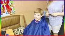 Corte de pelo de los hombres elegante en corte de pelo mohawk haircut.detsky peinado mohawk hombres con estilo
