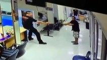 La technique de ce policier pour désarmer cet homme est incroyable : gros calin