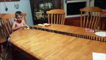 Ce gamin réussit un trick énorme avec une bille et des dominos