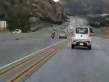 Accident spectaculaire en Californie entre une moto et une voiture