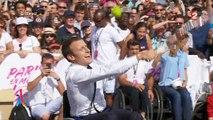 Assis sur un fauteuil roulant, Emmanuel Macron s'essaye au tennis handisport - Regardez