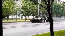Accident incroyable quand un char d'assaut se crash en pleine rue à Minsk