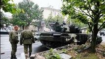 Régis se balade en char d'assaut dans les rues de Minsk
