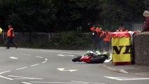 Tourist Trophy: Spectaculaire accident à la sortie d'un virage.