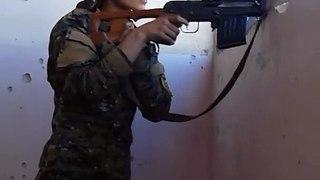 Buzz : Une Femme Sniper Kurde A Evité de justesse a une balle de Sniper de Daesh