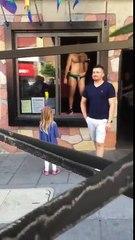 wow increible lo que hace este hombre frente a una niña