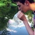 Ce qu'il fait avec sa cigarette électronique et une bulle est juste DINGUE!