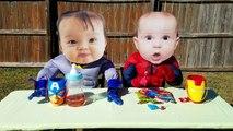 Homme araignée et homme chauve-souris pleurs super-héros bébés dans réal vie gorille attaque farce
