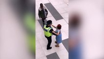 Quand un policier danse avec un mamie... Bonne ambiance