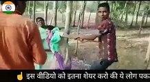 یہ ہے انڈیا کا چہرا کس طرح سڑک کے بیچ میں سرے عام ایک ماں بیٹی کی عزت سے کھیلا جا رہا ہے۔۔۔ توبہ توبہ