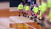 Une fille qui danse à l'entrainement de volley-ball reçoit un ballon en plein visage