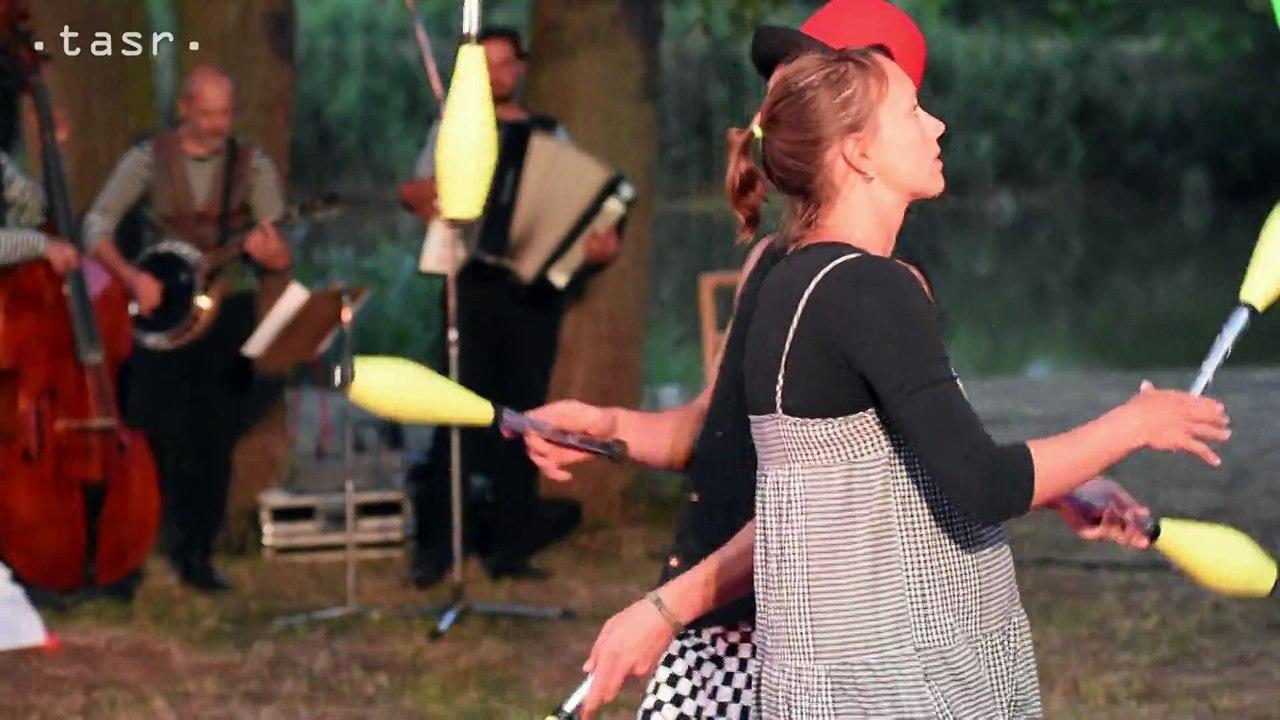 SKALICA: Cirkusanti priviezli na Baťov kanál predstavenie Le Cirque du canal
