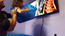 L'idée d'un papa pour faire expérimenter à sa petite fille les sensations d'une montagne russe