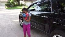 Mal enfants des balles écrasé en vertu de voiture roue puissance roues balade sur pour enfants jouets Dix