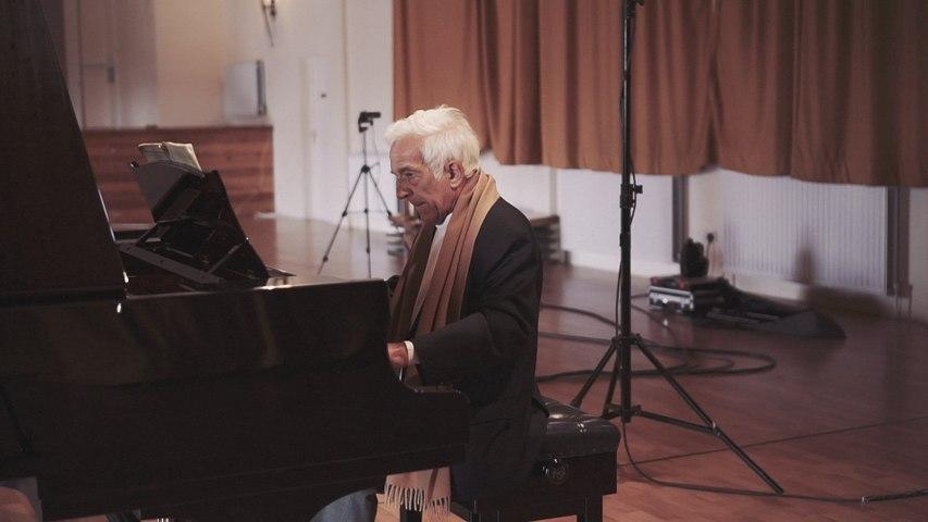 Vladimir Ashkenazy - Bach: 4. Gavotte (French Suite No.5 in G, BWV 816)