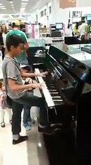 Niño toca piano en almacén