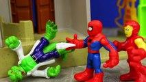Et planche Centre Commander combat héros homme de fer lézard sur fusée homme araignée playskool