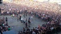 Des milliers de fans de metal se foncent dessus pendant un concert !! WALL OF DEATH