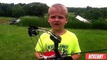 Tir à l'arc : un enfant réalise un impressionnant tir dans le dos