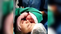 Un bébé refuse d'être séparé de sa mère après sa naissance
