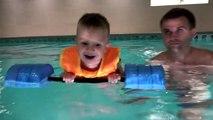 Coche en en ratón nadar juguetes en Mikki Maus automóvil club de natación flotando piscina situada Mickey