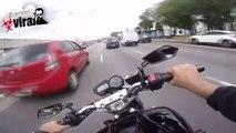 Un motard slalome sur une autoroute brésilienne à toute vitesse