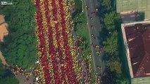 Des milliers de manifestants dessinent le drapeau Catalan à Barcelone !