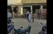 Pakistan : ce bus scolaire très spécial n'est pas très sécurisé pour les enfants !