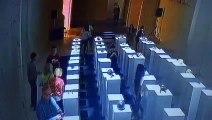 Regardez une femme détruire 200.000€ d'œuvres d'art en prenant un selfie !