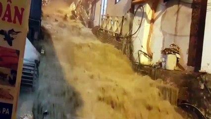Nước lũ như thác đổ về thị trấn Sapa