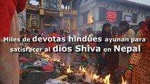 Devotas hindúes ayunan para satisfacer al dios Shiva en Nepal
