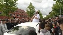 Torcida do Ajax faz tributo a jogador em coma e emociona família