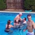 Un grand-père fait un backflip dans la piscine avec ses petits-enfants