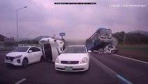 Un Bus se crash violemment en pleine autoroute en Corée du Sud et provoque un terrible accident