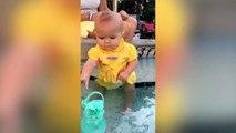 Comment fait-il ? Ce bébé nage tout seul à son jeune age