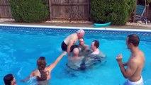 Un Grand-père de 79 ans fai un back flip merveilleux dans une piscine