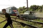 Sa Jeep est coincée sur une voie ferrée, il tente tout pour la sortir avant l'arrivée d'un train